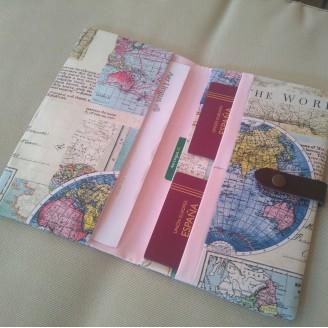 Portadocumentos mapamundi colorido (interior rosa)